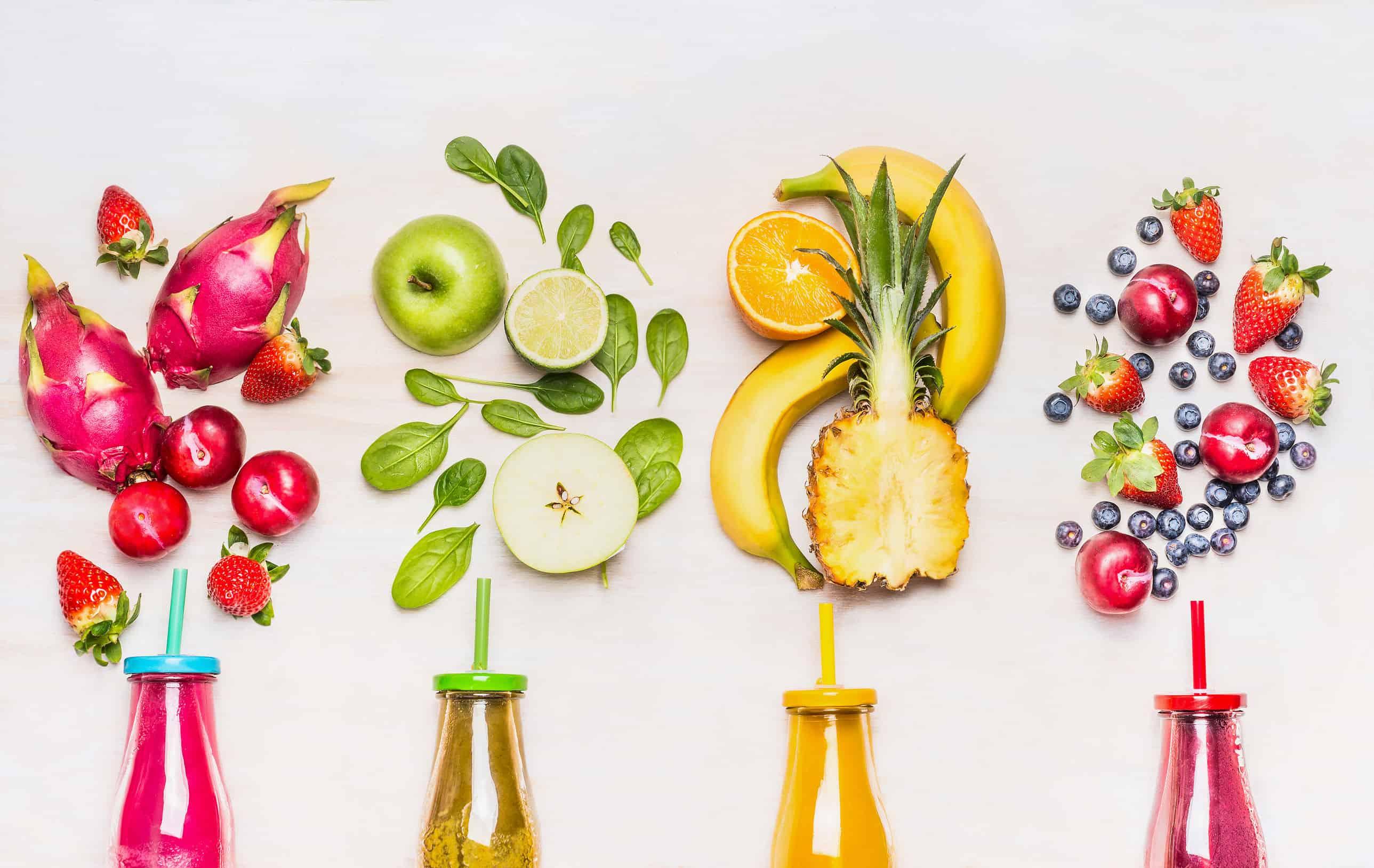 4 Flaschen mit Smoothie und Obst