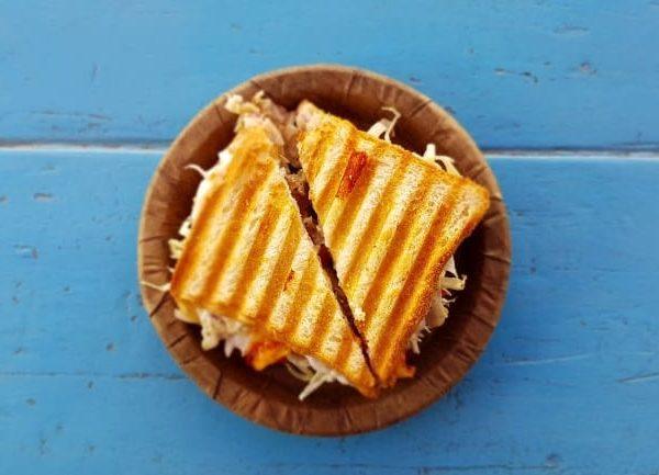 Sandwichmaker sind ideal um schnell einen gesunden Snack zuzubereiten. Ihr Vorteil ist, dass das Brot von beiden Seiten angebraten wird und die Zutaten darin gleichmäßig erhitzt werden.