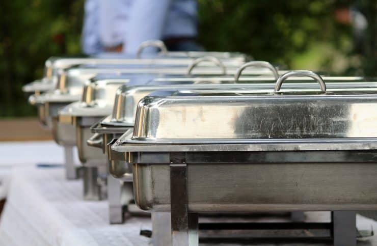 Warmhaltebehälter bei einem Buffet