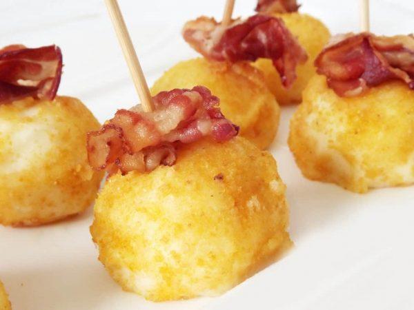 Snack aus Speck und Kartoffelbällchen