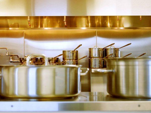 Töpfe in einer Küche