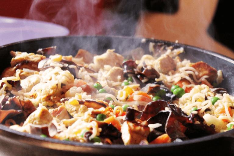 Dampfendes Gericht in Pfanne