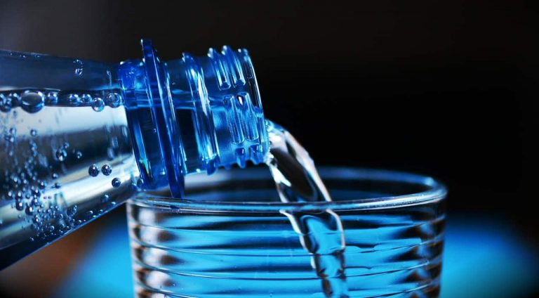 Wasser aus Flasche