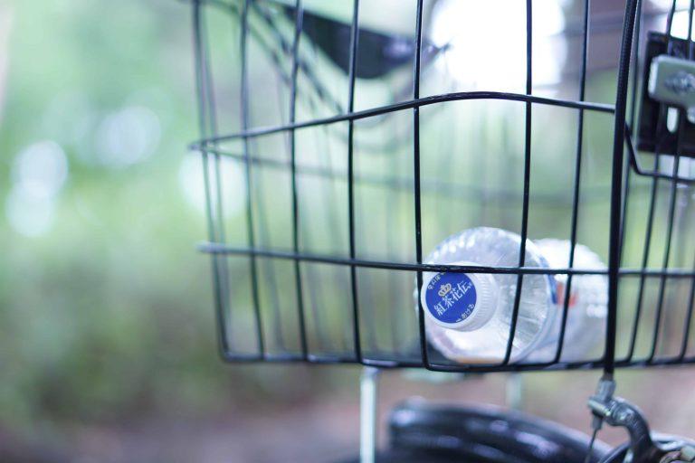 Wasserflasche in Fahrradkorb