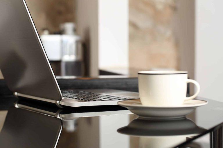 Kaffee neben Laptop