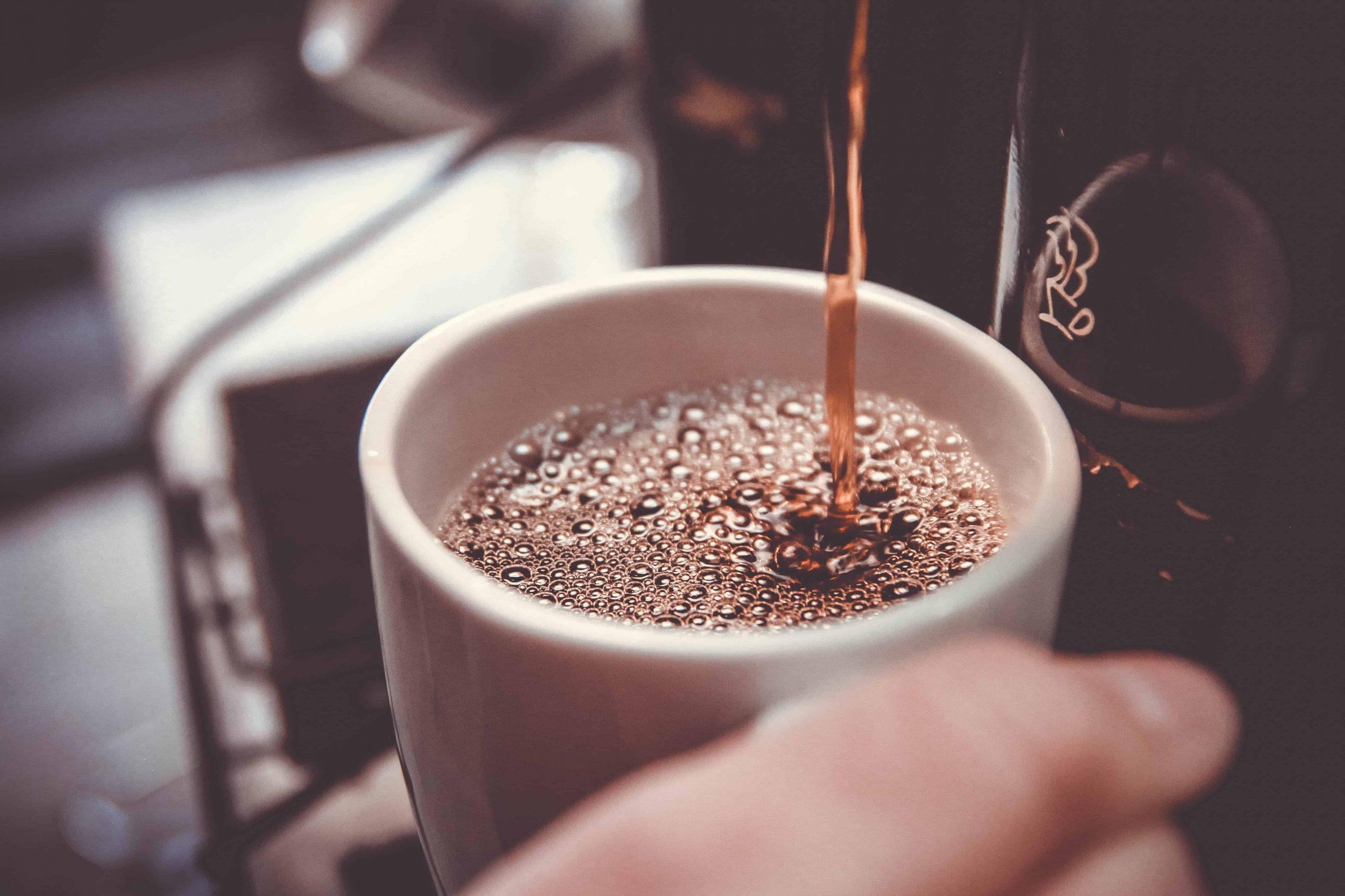 Kaffee fließt in Tasse