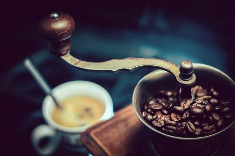 Kaffeemühle und Tasse im Hintergrund