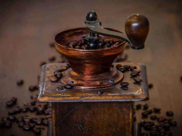 Holzkaffeemühle mit Bohnen