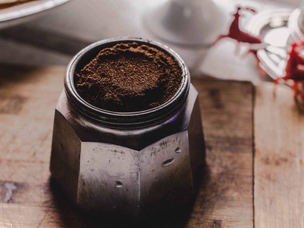 Gemahlener Kaffee in Mühle