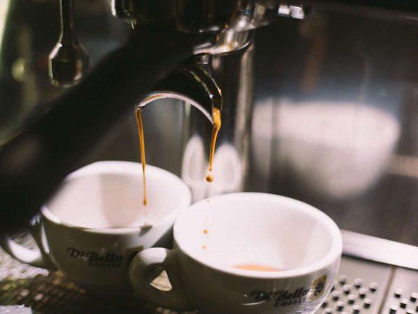 Espressotassen in Maschine