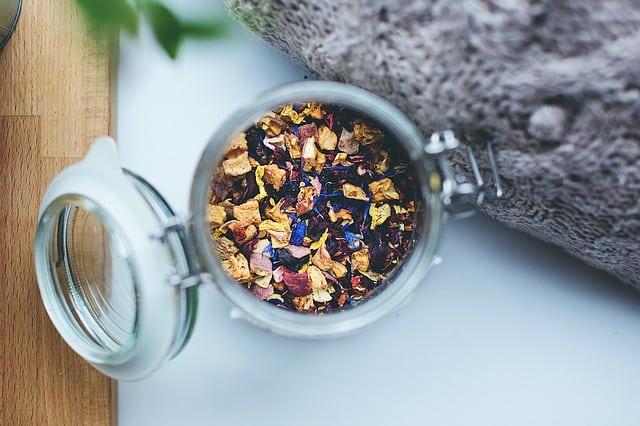Bügelverschlussglas mit losem Tee