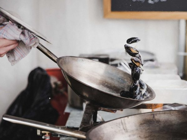 Muscheln in Schmiedeeisenpfanne