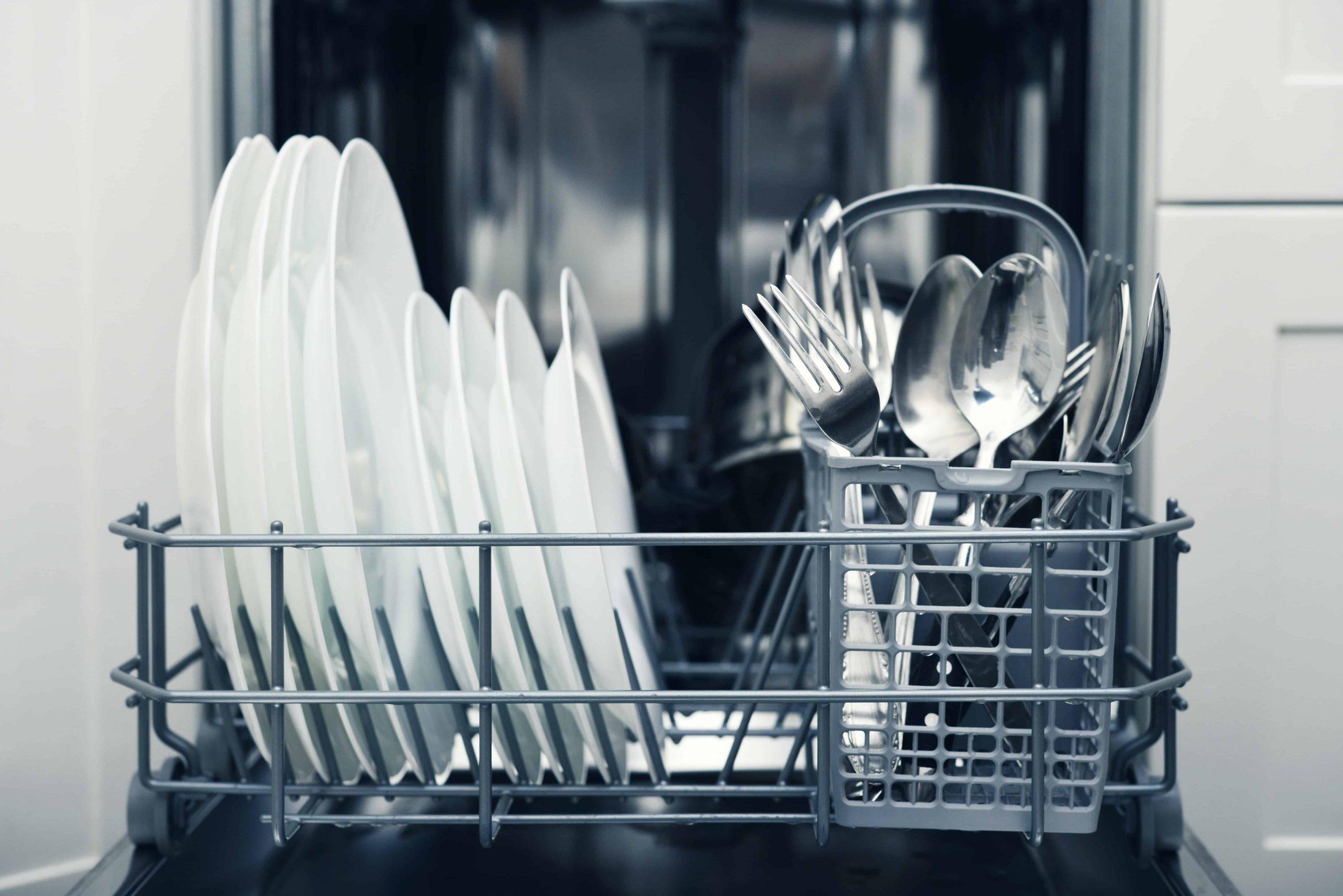 Spülmaschine reinigen: So glänzt sie wieder neu