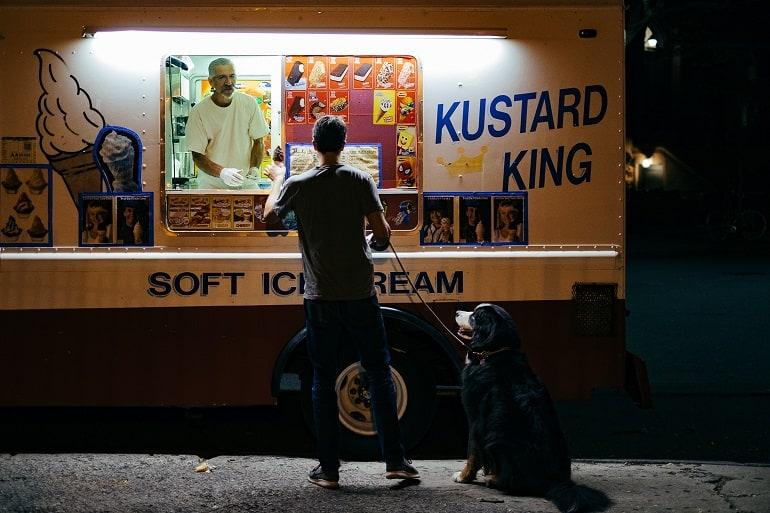 Mann mit Hund vor Eisstand