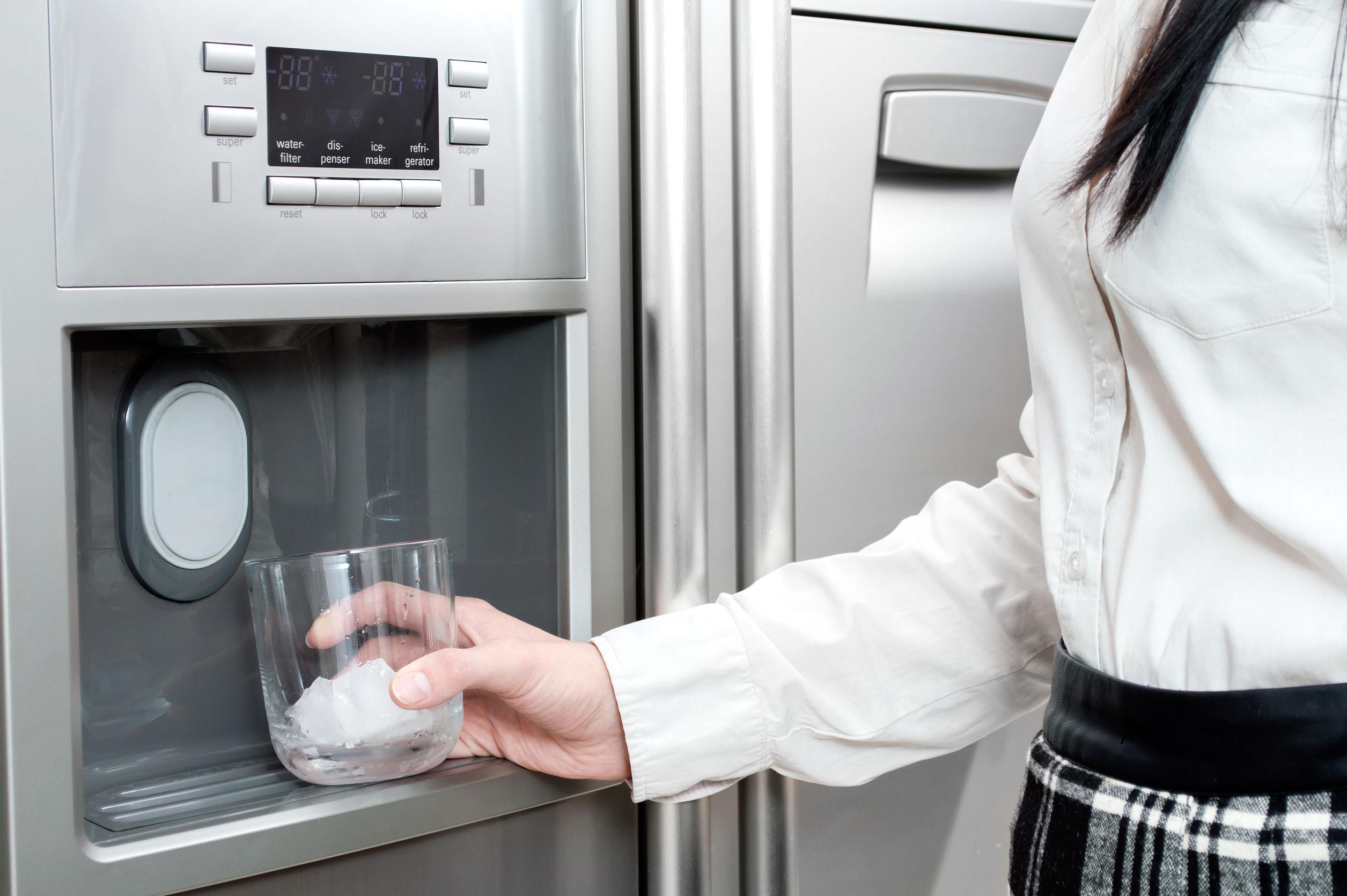 Kühlschrank mit Eiswürfelspender