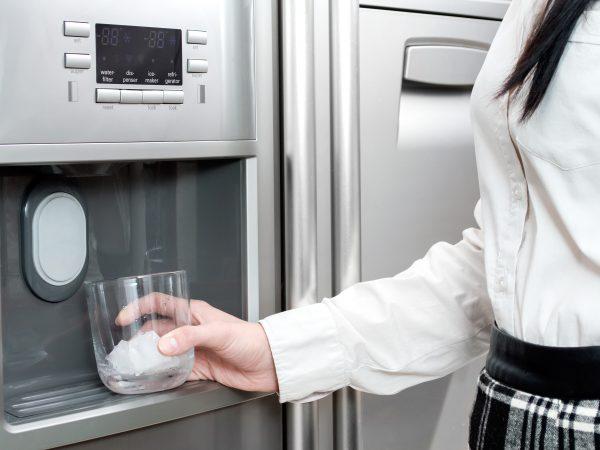 Kühlschrank mit Eiswürfelbereiter