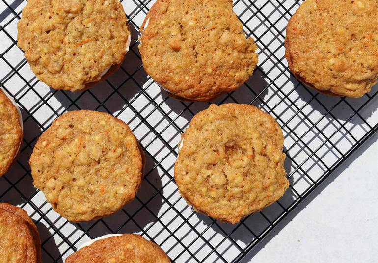 Kekse sollten nach dem Backen noch ca. 10 Minuten aushärten. Dafür eignen sich Kuchengitter. (Bildquelle: the creative Exchange / Unsplash)