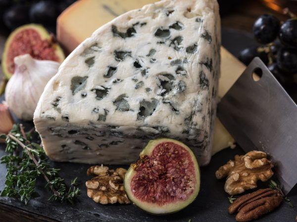 Seit dem 11. Jahrhundert auf traditionelle Weise hergestellt, ist Blauschimmelkäse eines der ältesten prähistorischen Lebensmittel. Bildquelle: Jez Timms /123rf