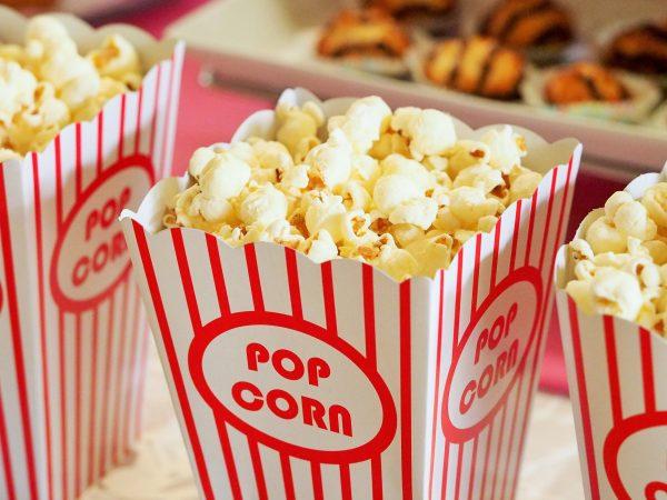 Ein Must-have für jeden Filmabend. Popcorn begeistert Besucher jeden Alters und gilt als klassischer Snack beim Kinoabend. Bildquelle: Pixabay/123rf