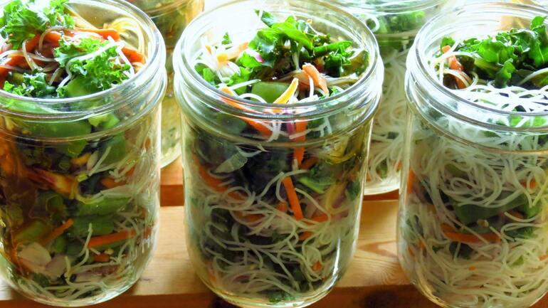 Das Bild zeigt einen chinesischen Nudelsalat in einem To-Go Becher
