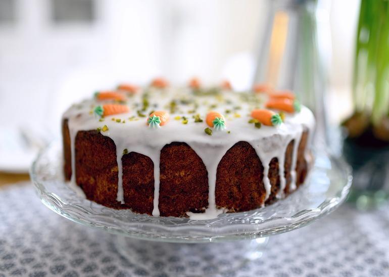 Karottenkuchen auf einer Kuchenplatte